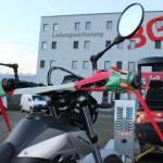 Korrekte Sicherung eines Motorrads auf einem Anhänger