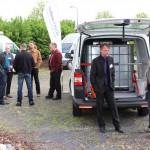 Erfahrungsaustausch vor einem Lieferwagen des 3G-Kompetenzzentrum