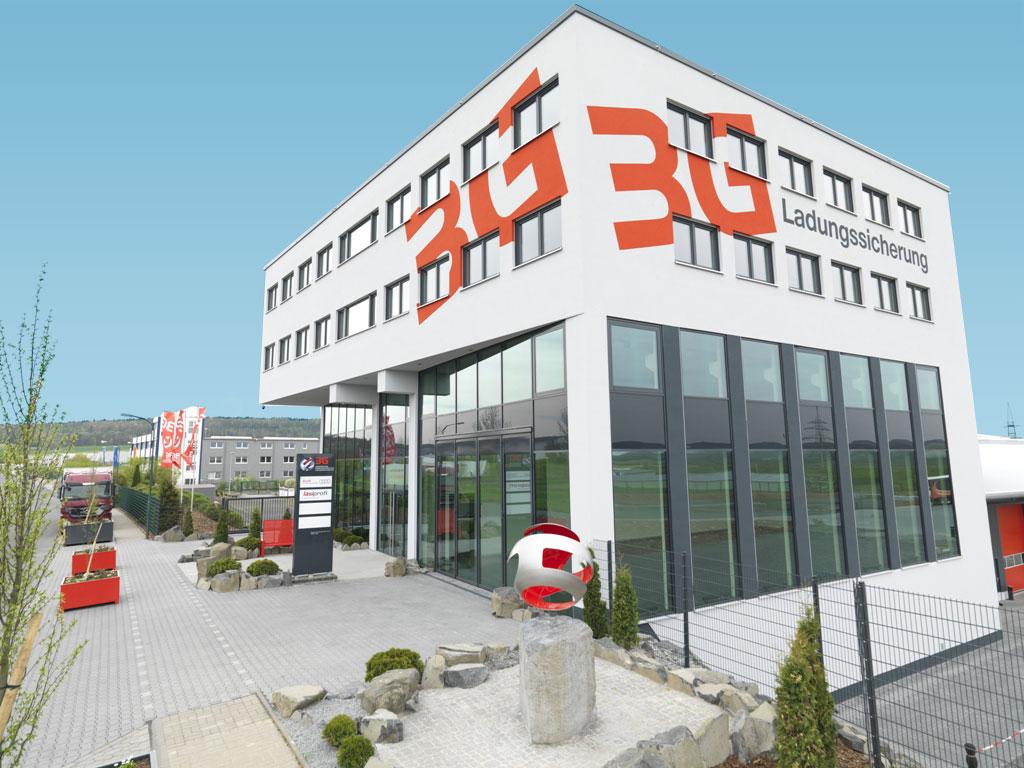Das hochmoderne Gebäude liegt zentral mitten in Deutschland und Europa und verfügt über rund 200 kostenfreie Parkplätze sowie gute Anbindung an den ÖPNV