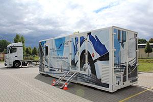 Der LKW Simulator DriveSim mobile ist in einer Wechselbrücke mit den Maßen 7,8 x 2,5 x 3,0 m komplett eingebaut.